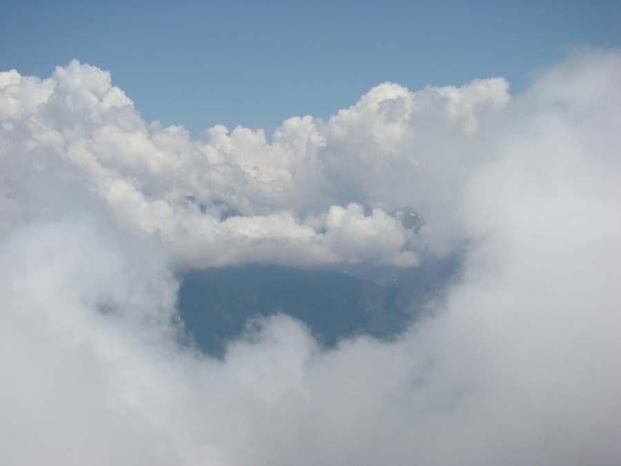 Вид с вершины в облачность.