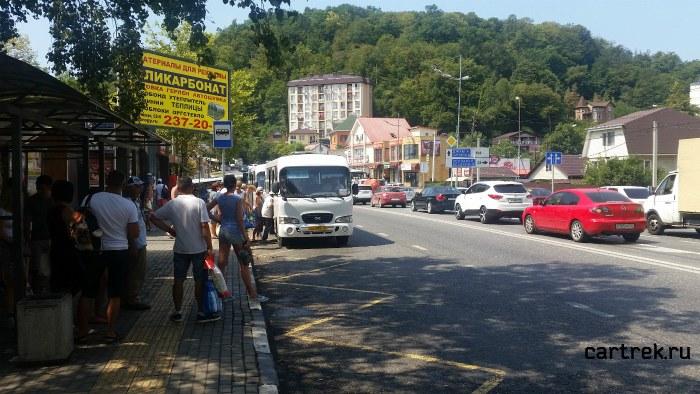 Остановка маршрутных такси в Дагомысе в сторону Сочи