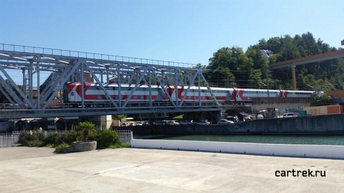 По железнодорожному мосту часто проезжают поезда