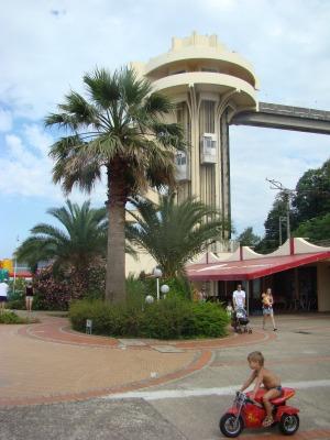 С оздоровительного комплекса Дагомыс на пляж можно попасть с помощью лифтов