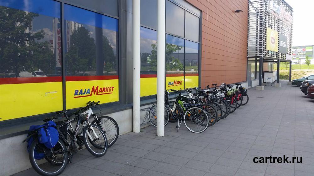 Велосипеды у магазина