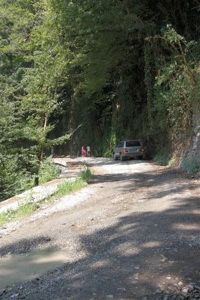 Грунтовая дорога начинается от усадьбы Кошмана