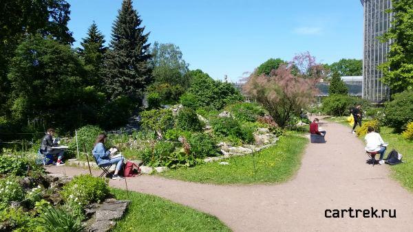 В парке много учеников художественных школ