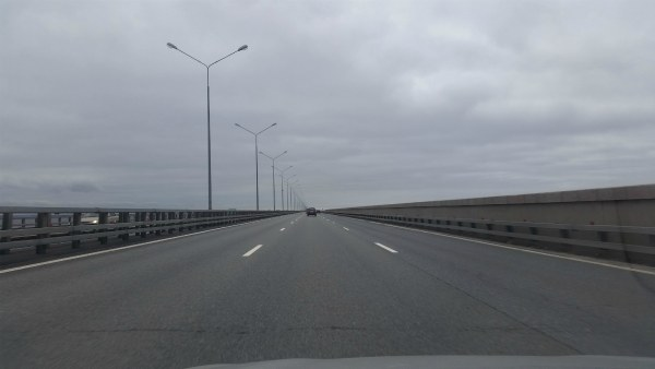 Дорога по дамбе через Финский залив