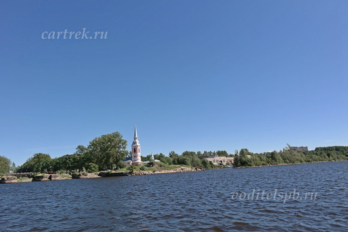 Пока плывёшь на корабле до крепости и обратно, можно любоваться красивыми видами на Неву и Ладожское озеро