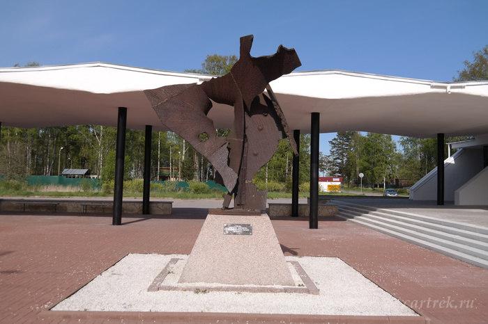 Памятник выполненный из обломков затонувших кораблей